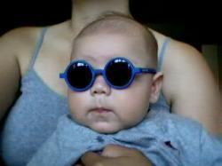 Bambino con occhiali da sole