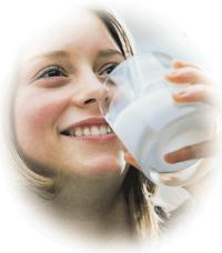 Ragazza beve latte